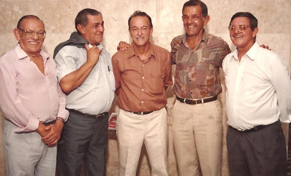 Diretor do Museu dos Esportes de Alagoas, Lauthenay Perdigão (centro) e os irmãos Santa Rosa: Wilson, Luiz, Dida e Edson — Foto: Arquivo Museu dos Esportes