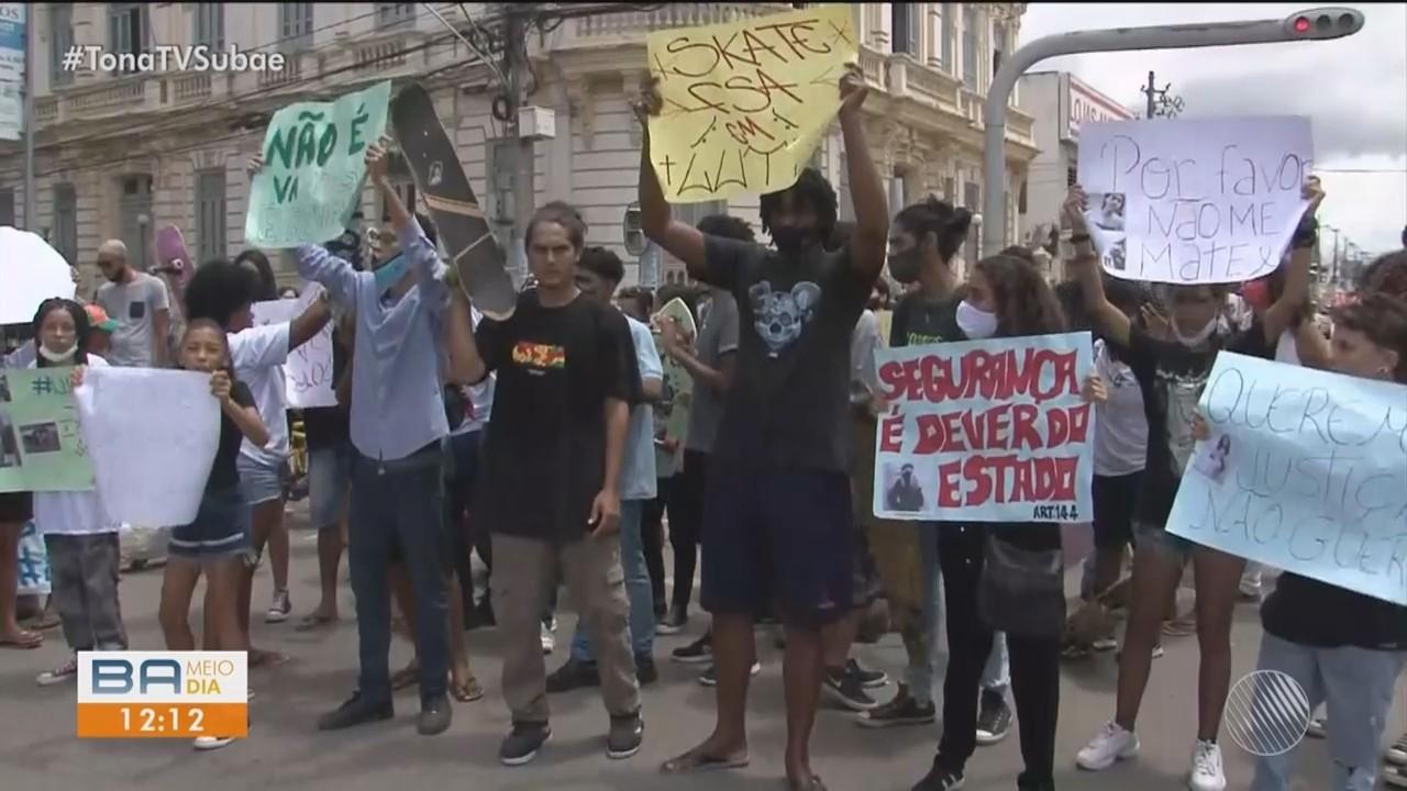 Familiares e amigos protestam após morte de entregado de pizza em Feira de Santana