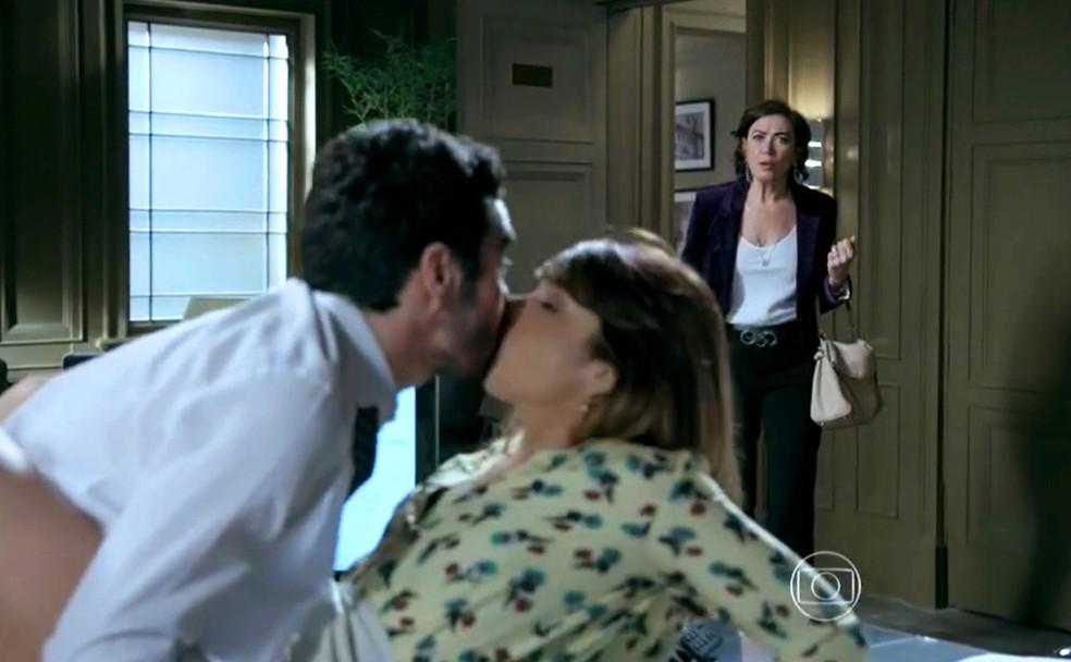 Maria Marta (Lilia Cabral) encontra Danielle (Maria Ribeiro) e José Pedro (Caio Blat) na mesa do escritório - 'Império' — Foto: Globo