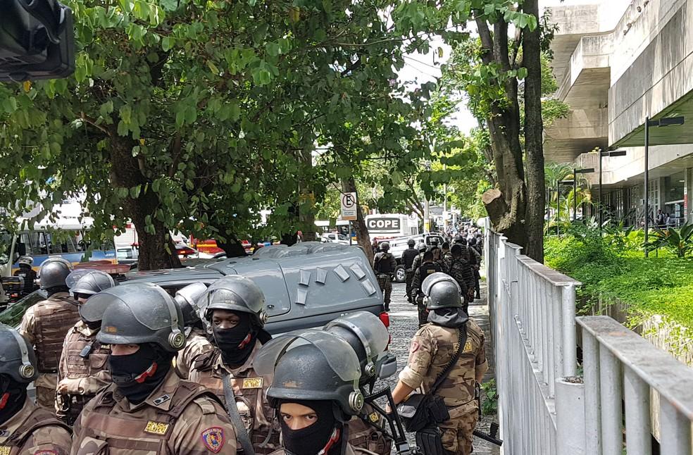 Comboio traz réus que serão interrogados sob forte escolta policial — Foto: Flávia Cristini/G1