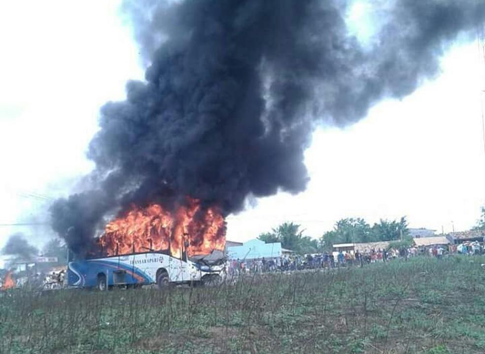 -  Após acidente com vítima fatal, população incendiou ônibus e interditou a PA-151  Foto: Reprodução/TV Liberal