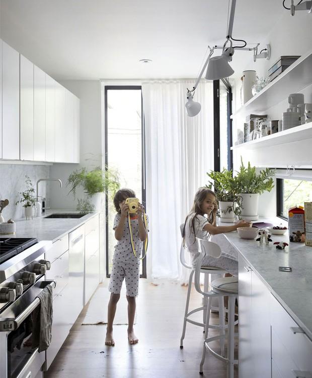 A cozinha estreita leva ao quintal (Foto: Indecora/ Reprodução)