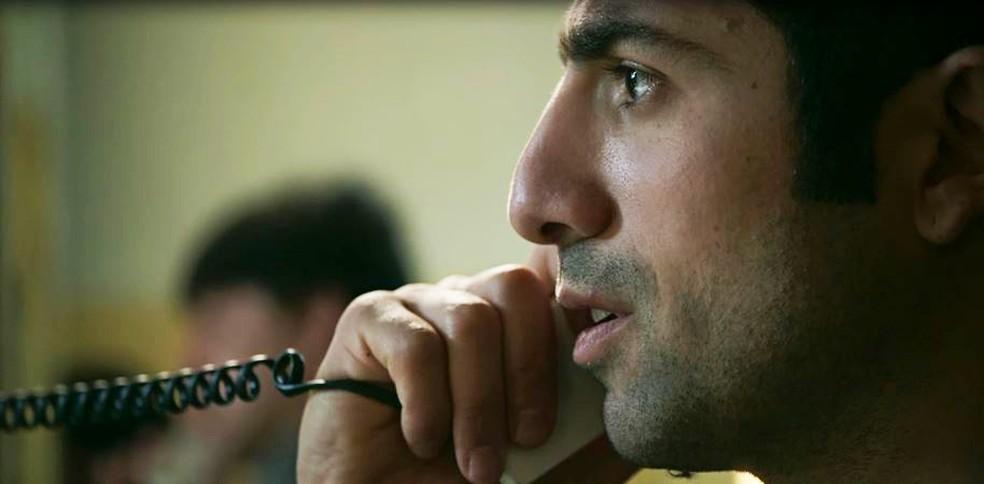 Fauze (Kaysar Dadour) fica surpreso com revelação de Dalila (Alice Wegmann)  — Foto: Globo