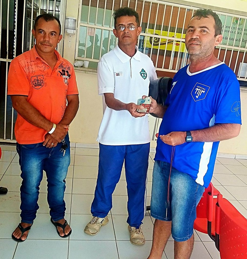 À esquerda, o rapaz que ajudou os dois a se encontrarem. De branco, José Erisvaldo e Carlos, à direita. (Foto: Chalane Sousa/Arquivo pessoal)