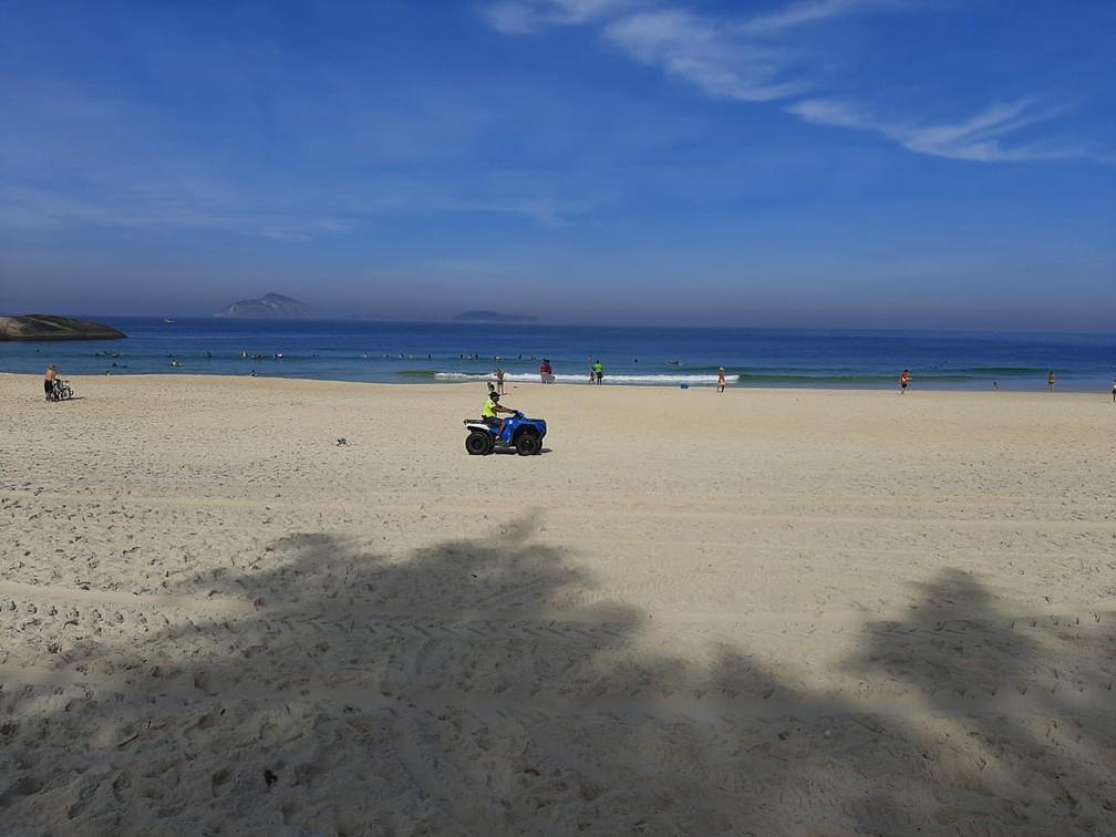 PM percorre a praia do Arpoador, Zona Sul do Rio, na tentava de coibir a presença de banhistas neste feriado (11) — Foto: Daniel Silveira/G1