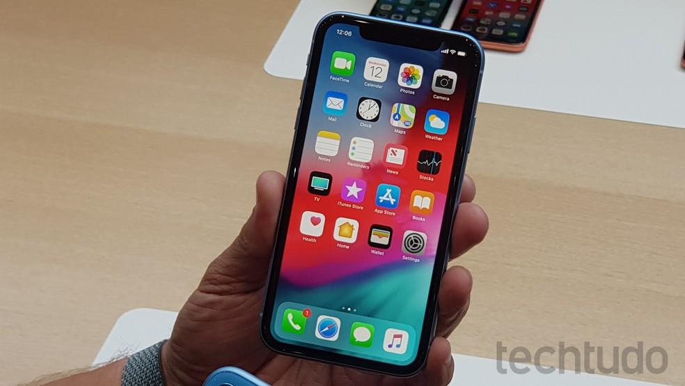 iPhone XR azul: tela tem 6,1 polegadas — Foto: Thássius Veloso/TechTudo