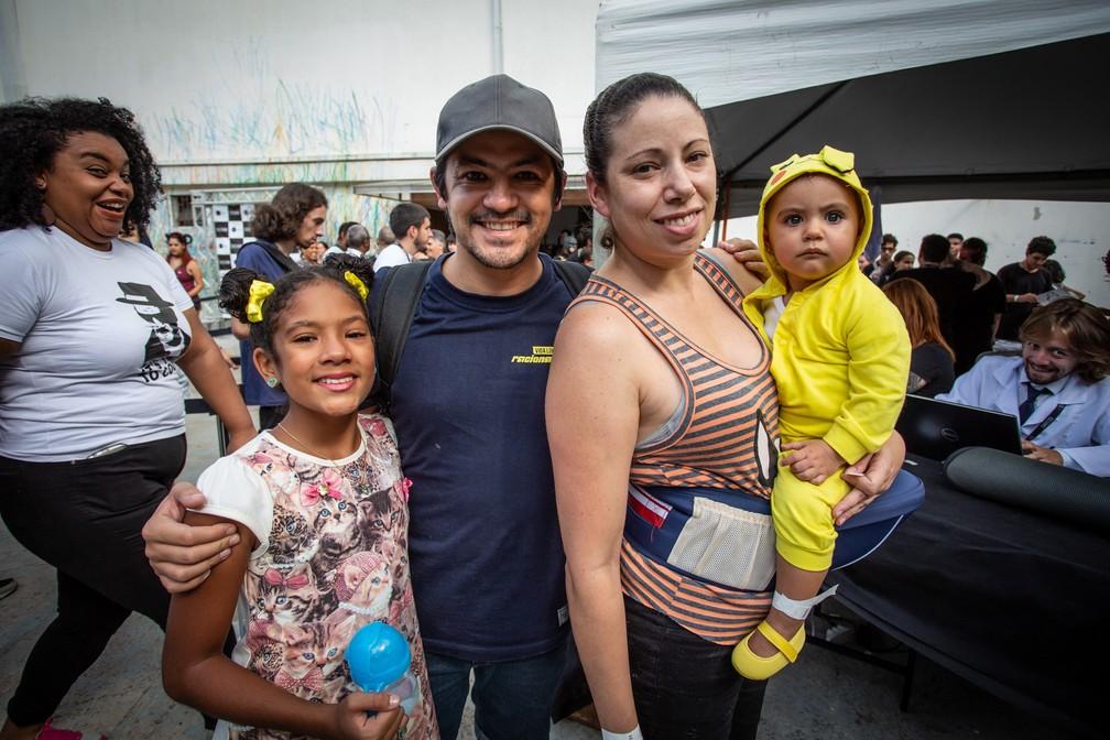 Rafael e Heidi posam com as filhas Sophia e Isadora antes de entrar no evento. A bebê fez sucesso vestida de Pikachu — Foto: Fábio Tito/G1