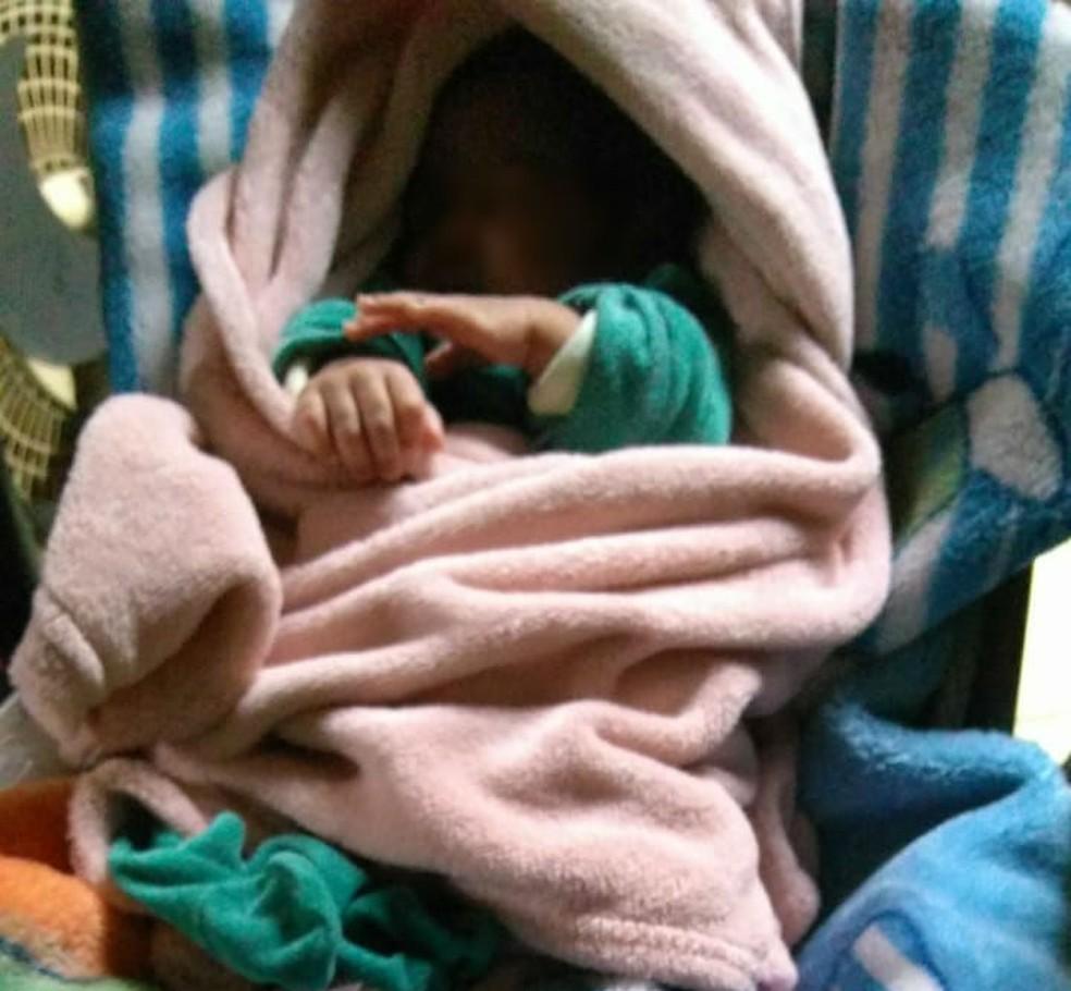 Bebê roubado da barriga da mãe é resgatado pela polícia no sábado (14) e está sob cuidados médicos (Foto: Divulgação/ Polícia Civil)