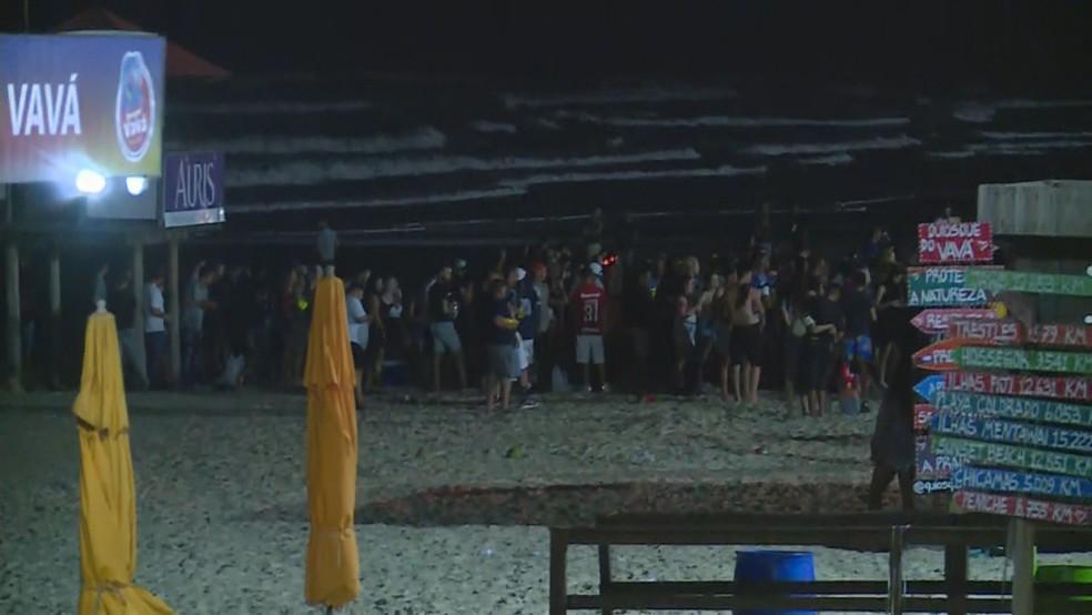 Aglomeração na beira da praia de Capão da Canoa na segunda de carnaval  — Foto: Reprodução / RBS TV