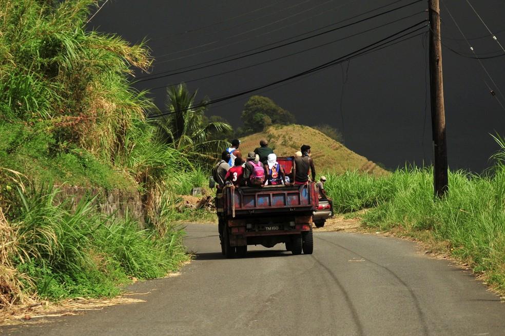 Vulcão entra em erupção em São Vicente e Granadinas, no Caribe, nesta sexta-feira (9); mais de 16 mil deixam suas casas. — Foto: REUTERS/Robertson S. Henry