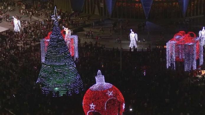 Árvore estava montada junto com outros enfeites natalinos em Maringá — Foto: Reprodução/RPC Maringá