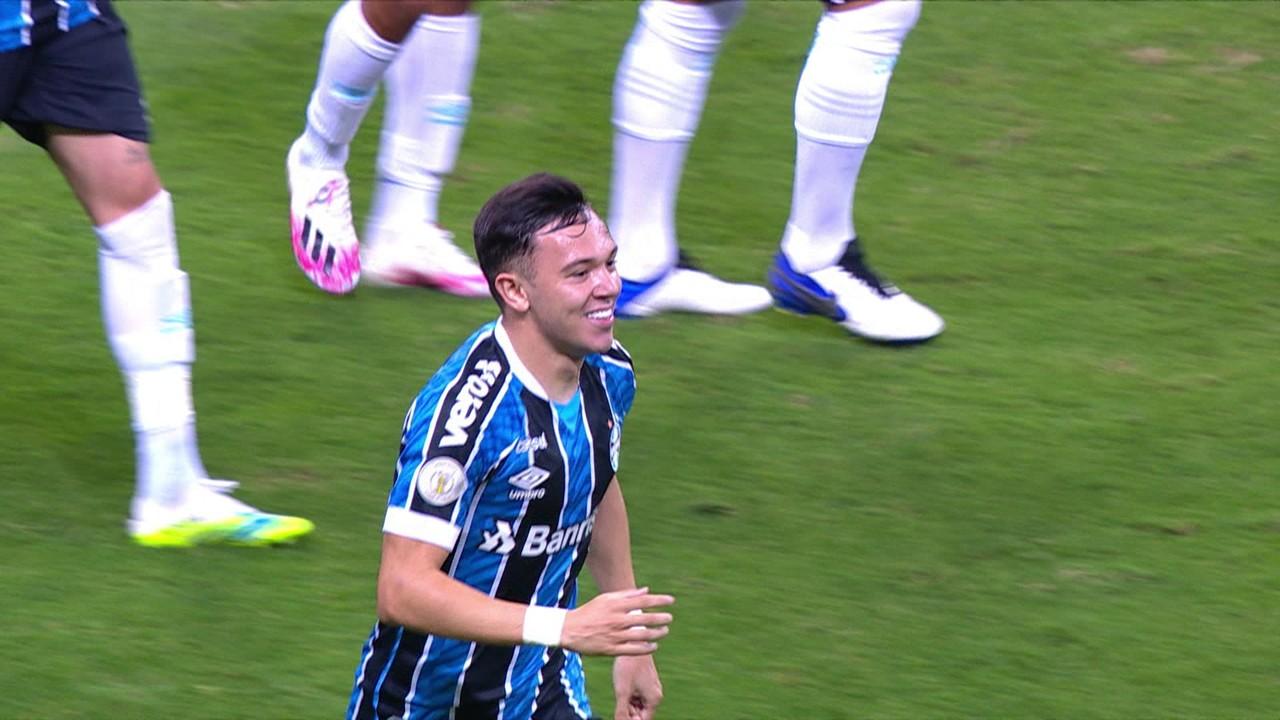 Gol do Grêmio! Victor Ferraz toca para Pepê, que bate na entrada da pequena área tirando de Cavalieri, aos 20 do 2º
