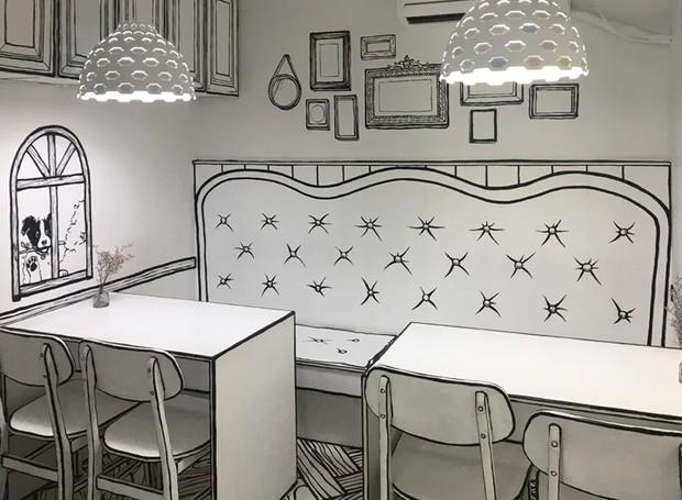 O preto e branco trazem a bidimensionalidade, enquanto as formas dos móveis e os desenhos nas paredes rementem a animações (Foto: Café Yeonnam-dong/ Reprodução)