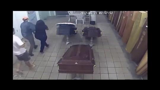 Polícia diz que viúva levada de velório ajudou assassinos do marido; suspeito é identificado