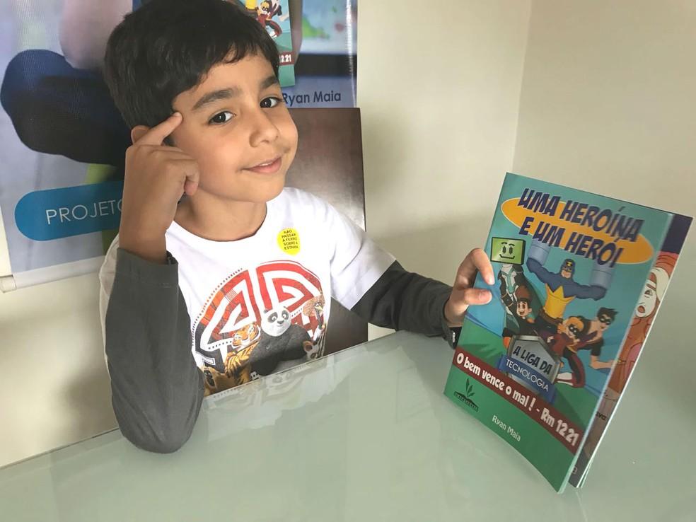 Ryan mostra livro que escreveu aos 6 anos — Foto: Marília Marques/G1