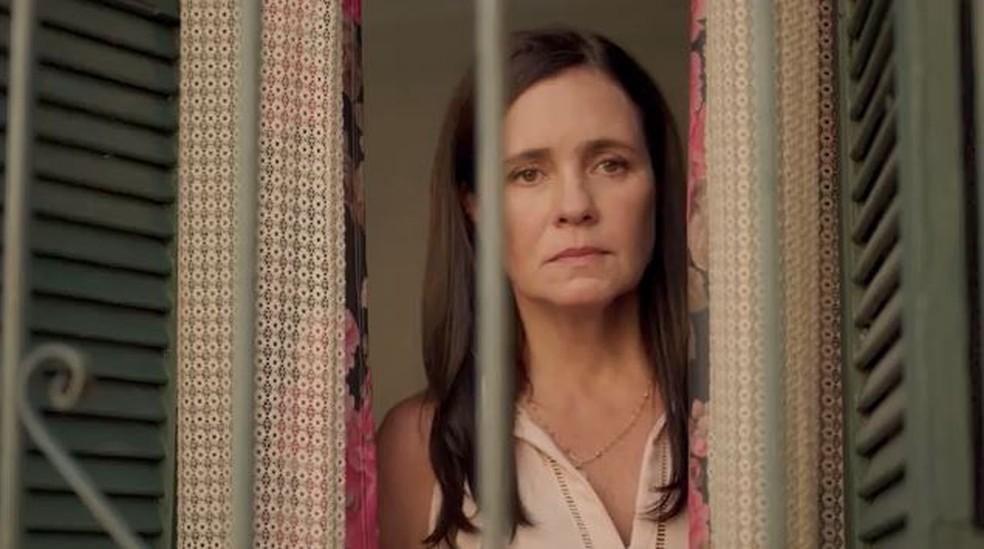 Thelma (Adriana Esteves) observa surpresa feita por Lurdes (Regina Casé) — Foto: Globo
