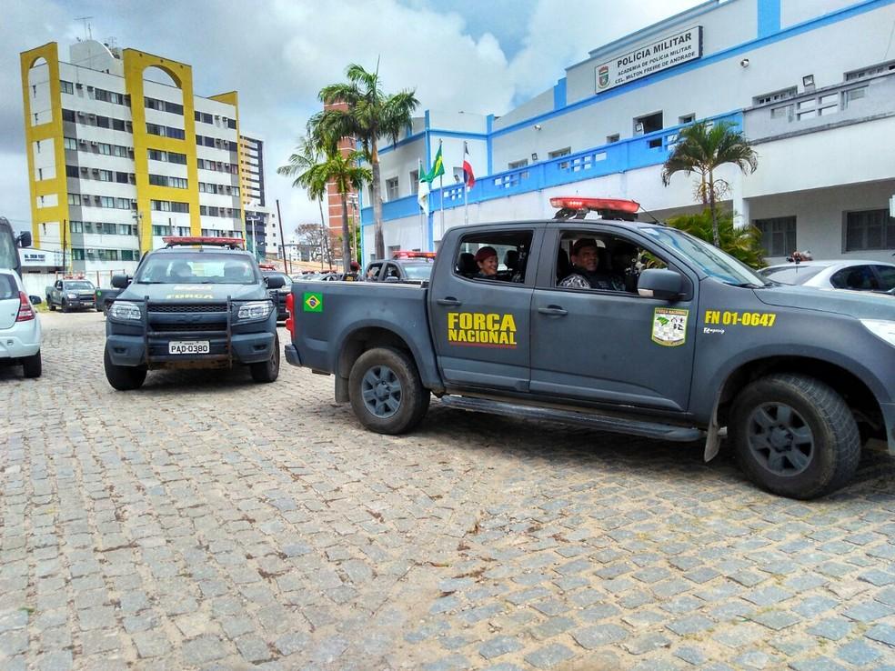 Equipes da Força Nacional deixam Academia da Polícia Militar para reforçar segurança nas ruas de Natal (Foto: Marksuel Figueredo/Inter TV Cabugi)