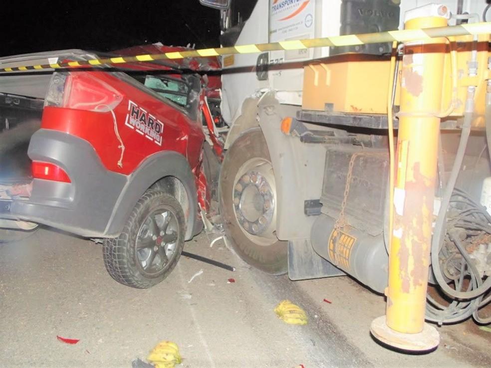 Colisão entre carro e caminhão em Panelas (Foto: WhatsApp/Reprodução)