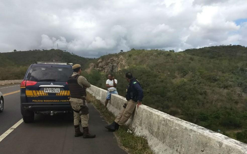 Homem foi preso por suspeita de matar a companheira (Foto: Divulgação/PRF)