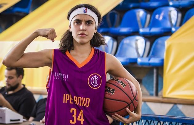 Na segunda-feira (7), com os cabelos cortados, Gabriela (Giovanna Coimbra) entrará no lugar de Patrick (Caio Cabral) no jogo e fará uma cesta (Foto: TV Globo)