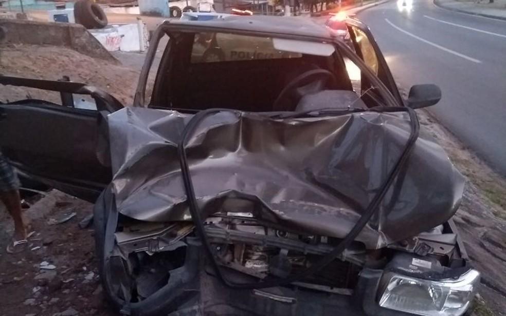 Motorista afirmou que perdeu o controle após levar uma fechada e bateu contra mureta na BR-101, em Abreu e Lima (Foto: PRF/Divulgação)