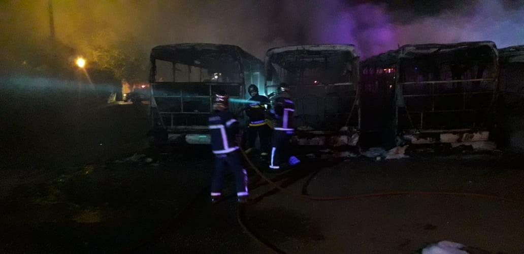 Seis ônibus do transporte público de Maringá são encontrados incendiados