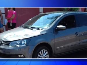 Égua disparada também atingiu um carro  (Foto: Reprodução / TV TEM)
