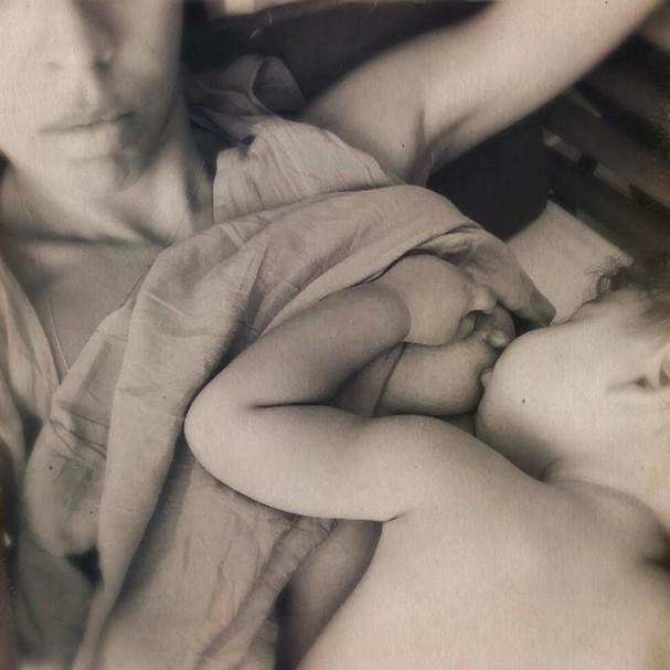 """Bela Gil amamentando o filho Nino: """"Nesse momento eu o vejo [os seios] como fonte de alimento, puro e simplesmente!"""", escreveu em um post no Instagram (Foto: Reprodução/Instagram)"""