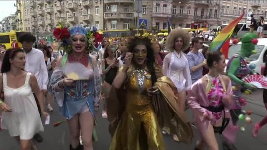 Multidão participa de Parada do Orgulho LGBT na Ucrânia