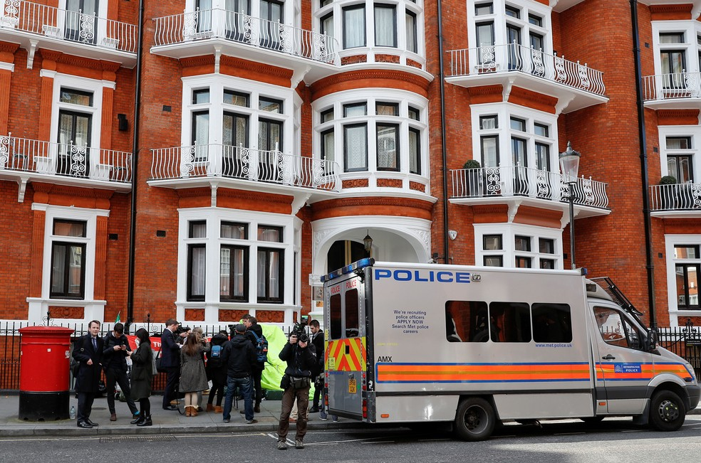 Van da polícia é vista do lado de fora da embaixada equatoriana depois que o fundador do WikiLeaks, Julian Assange, foi preso pela polícia britânica, em Londres, nesta quinta-feira (11)  — Foto: Peter Nicholls/ Reuters