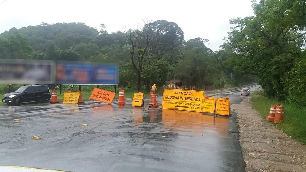 Placas e cones indicam bloqueio na SC-108 em Guaramirim — Foto: PMRv/Divulgação