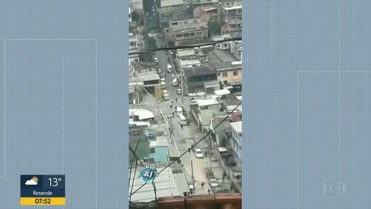 Bandidos armados são flagrados durante operação no Complexo da Penha