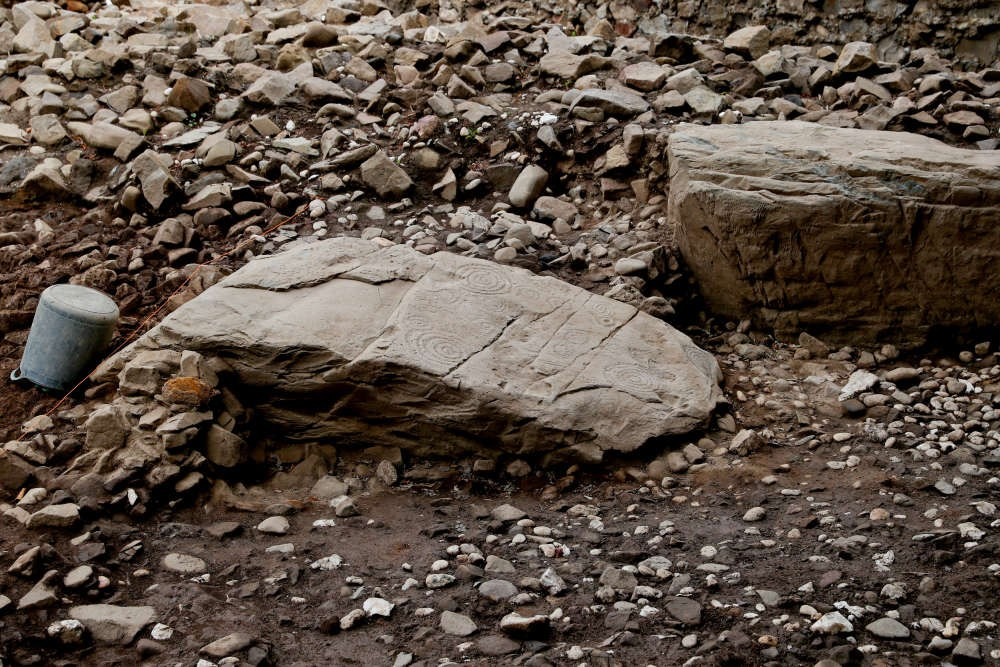Restos de seis pedras de meio-fio achados no local da tumba (Foto: Divulgação/ University College Dublin )