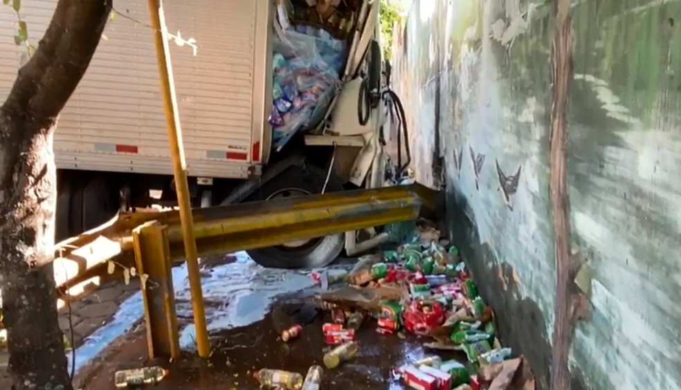 Caminhão estava carregado com alimentos, em Piraju (SP) — Foto: Divulgação/Minuto do Amorim