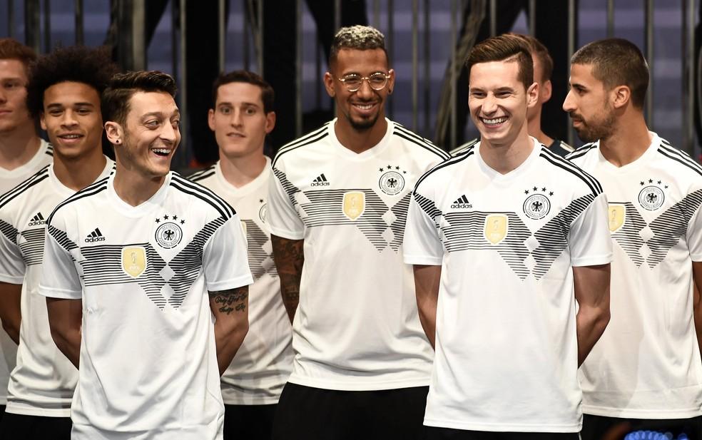 Sané, Özil, Boateng, Draxler e Khedira no lançamento do novo uniforme da seleção alemã, em 7 de novembro (Foto: EFE/FELIPE TRUEBA)