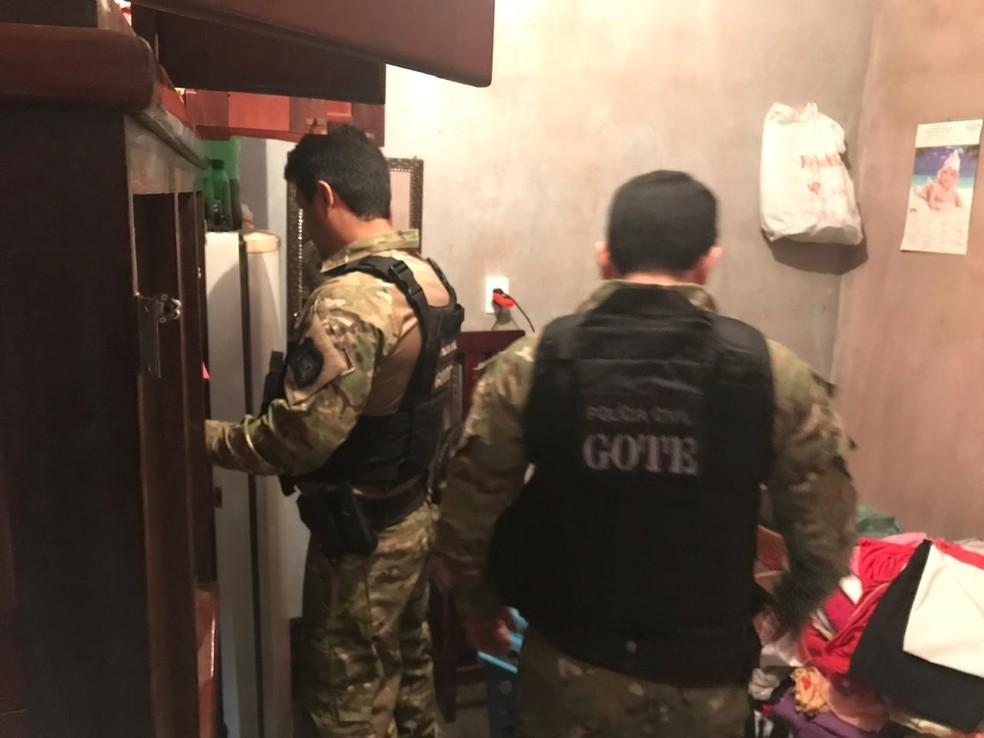 Policiais do Gote durante cumprimento de mandados — Foto: Dennis Tavares/ SSP/ Divulgação