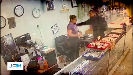 Câmera registra criminosos tentando roubar joalheria em Inhumas; vídeo