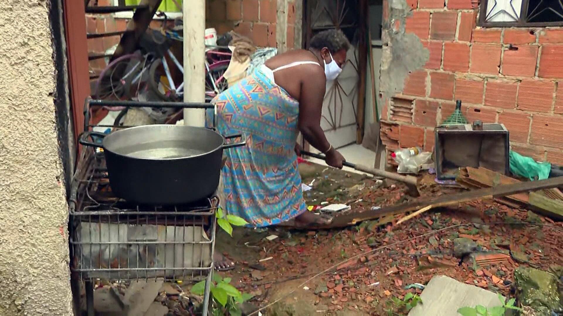 Sem dinheiro para o gás, moradoras da Baixada Fluminense recorrem ao fogão a lenha ou ficam sem trabalhar