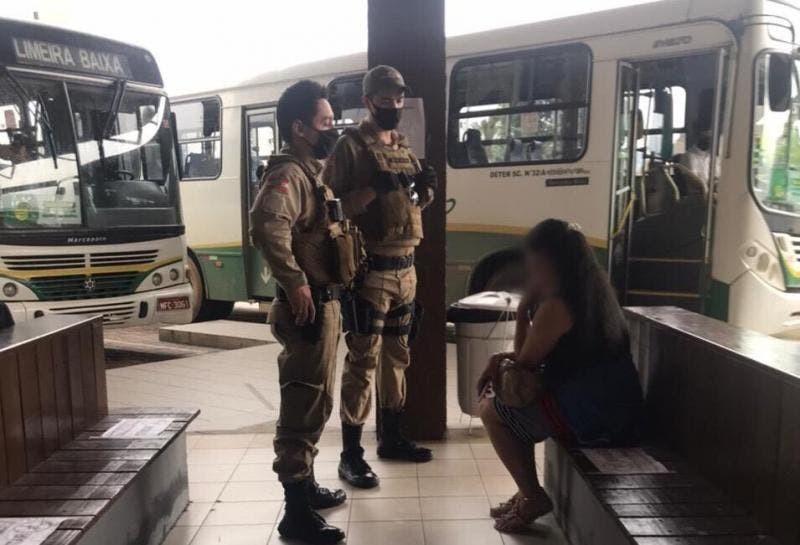 Mulher é detida após se recusar a usar máscara e dar tapa em diretor de terminal de ônibus em SC