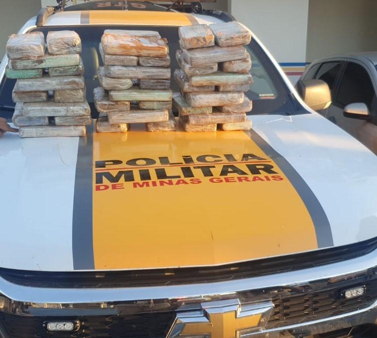 Homens são presos após policiais apreenderem 50 quilos de cocaína escondidos em carroceria de carro