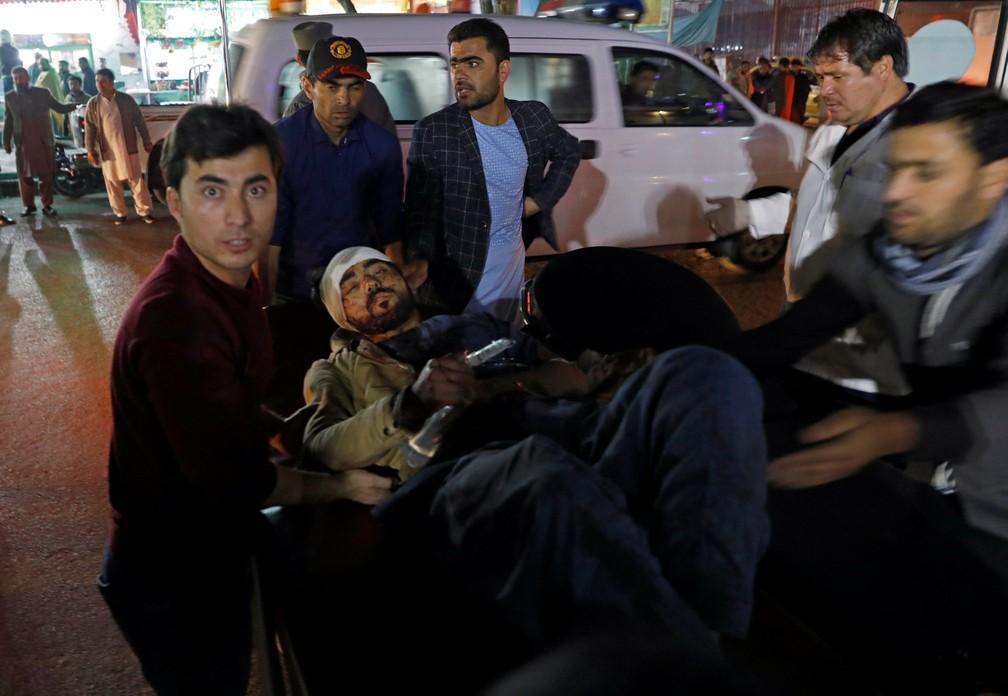 Ferido em explosão em Cabul é transportado para hospital nesta terça-feira (20) — Foto: Mohammad Ismail/Reuters