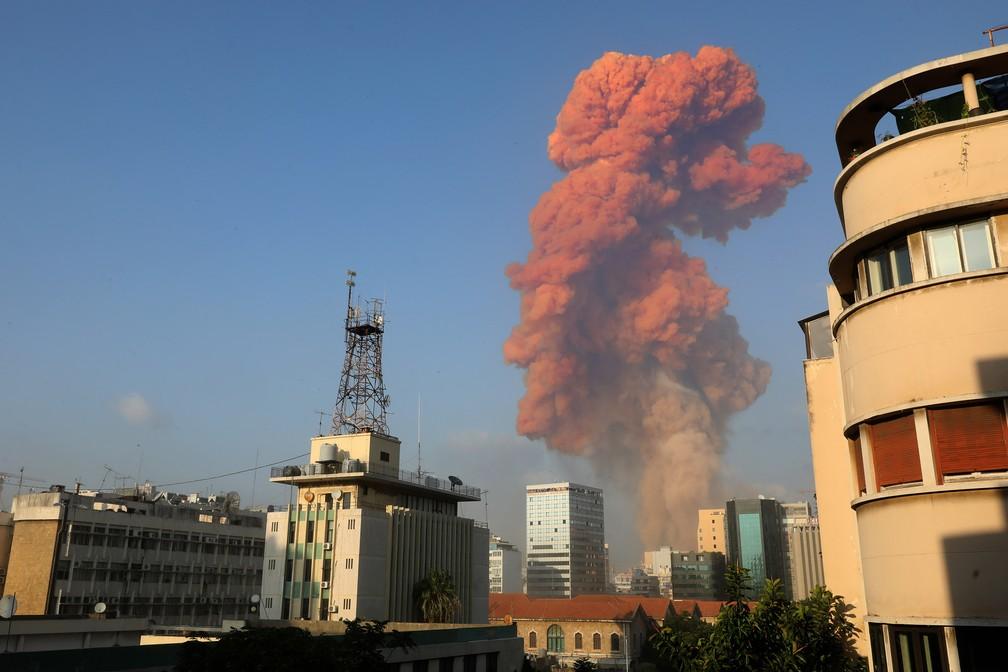 Grande explosão atingiu capital libanesa, Beirute, nesta terça-feira (4), disse correspondente da AFP. A explosão, que abalou edifícios inteiros e quebrou vidros, foi sentida em várias partes da cidade. — Foto: Anwar Amro/AFP