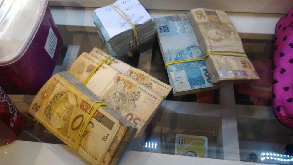Dinheiro apreendido na casa do Zinho, irmão do também miliciano Ecko — Foto: Divulgação