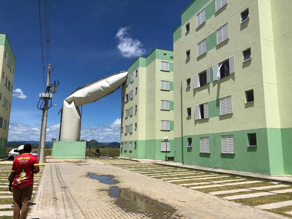 Caixa dágua rompeu e caiu em cima de prédio em condomínio popular de Cariacica — Foto: Divulgação/Heberton Silva