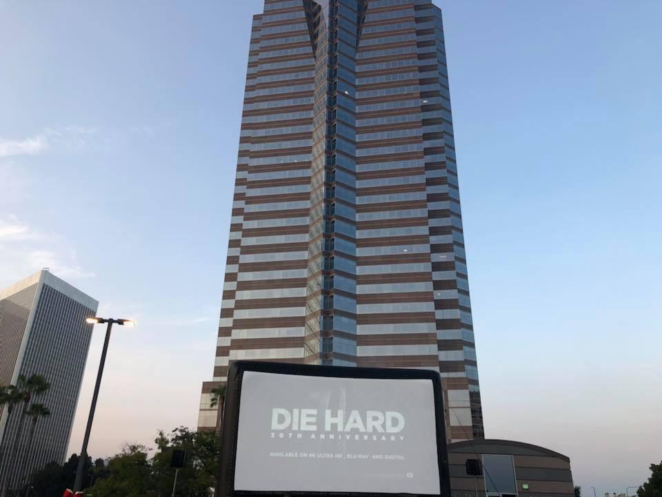 A exibição especial de Duro de Matar (1988) no estacionamento da Nakatomi Tower celebrando os 30 anos do lançamento do filme (Foto: Facebook)