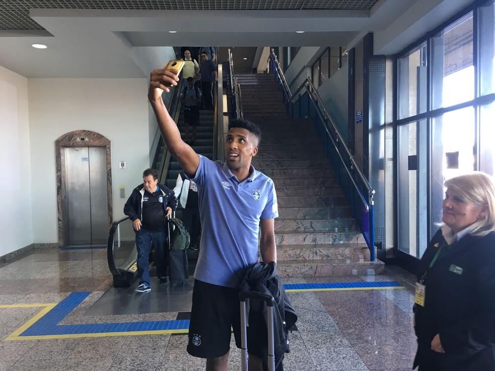 Cortez tira foto após a chegada do Grêmio a Porto Alegre (Foto: Eduardo Deconto)