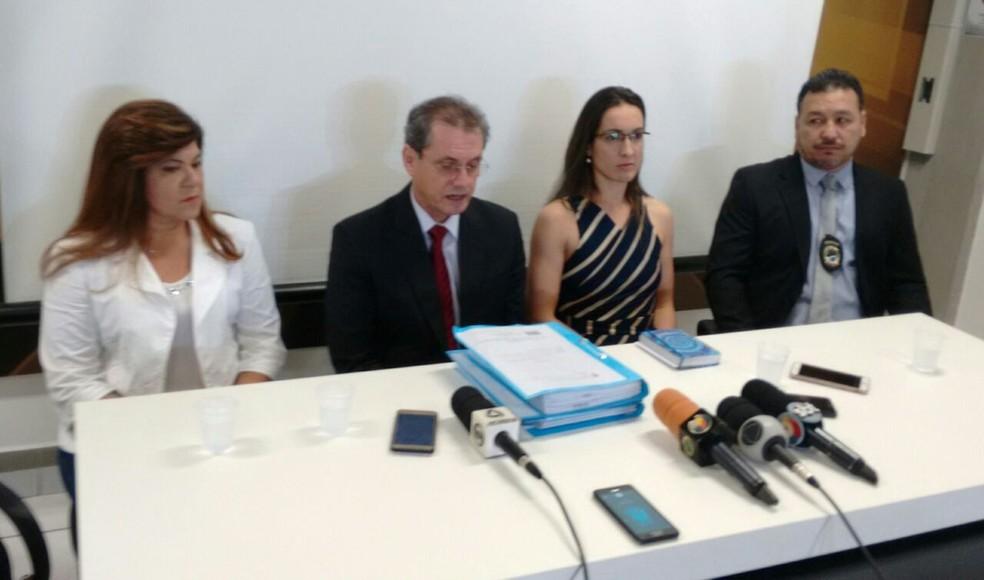 Delegados durante entrevista coletiva sobre o caso Kauan nesta sexta-feira, em Campo Grande (Foto: Marcos Ribeiro/ G1 MS)