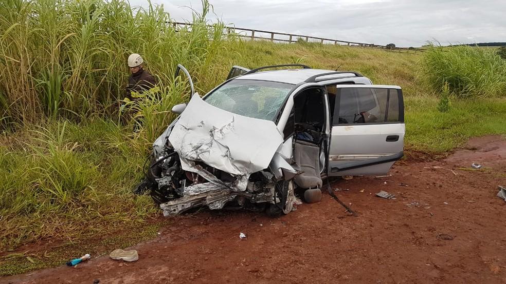 O outro carro envolvido no acidente também ficou com frente danificada: feridos levados para Santa Casa de Jaú — Foto: Luizinho Andretto/Divulgação