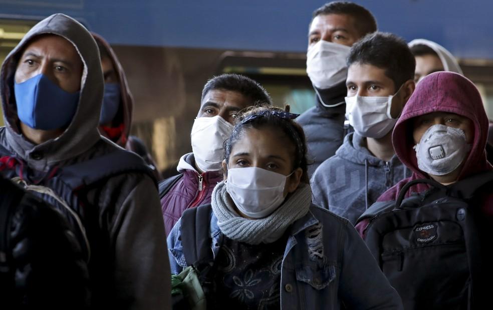 Pessoas usam máscara ao aguardar trem em estação de Buenos Aires. Argentina teve uma das quarentenas mais restritas da região — Foto: Natacha Pisarenko/AP Photo