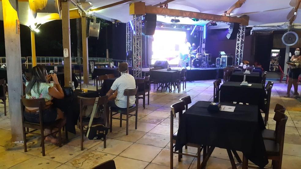 Com pouco movimento, bares de Natal reabrem sem venda de bebida alcoólica e com música ao vivo — Foto: Sérgio Henrique Santos